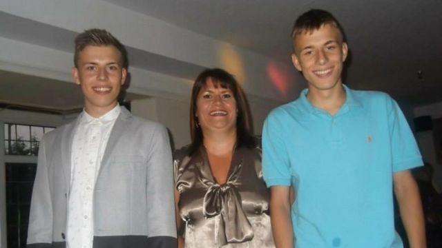 阿歷克斯18歲生日時與母親和雙胞胎兄弟在一起