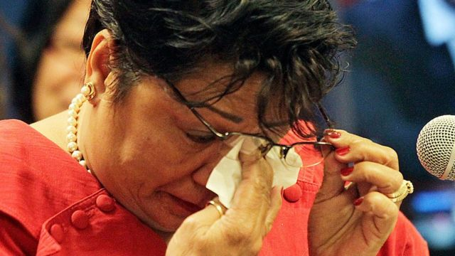 La enfermera filipina Wilma Lamug llorando