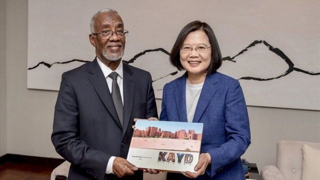 Wasiirka arrimaha dibadda Somaliland iyo madaxweynaha Taiwan.