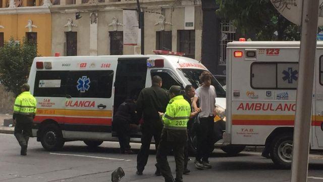 Ambulancias en el lugar de la explosión en Bogotá, Colombia.