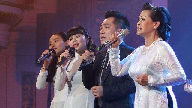 3. Khánh Ly trong đêm nhạc kỷ niệm 55 năm sự nghiệp tại Nhà hát Lớn Hà Nội tháng 9/2017.