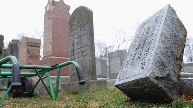 Вандалы повредили более 170 надгробий на кладбище