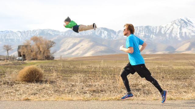 Wil en el aire frente a su padre Alan trotando