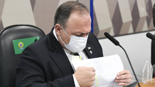 O ex-ministro Eduardo Pazuello olha seus documentos durante CPI