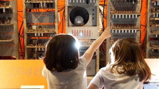 Deca razgledaju računar