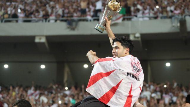 محمد إبراهيم يحمل الكأس