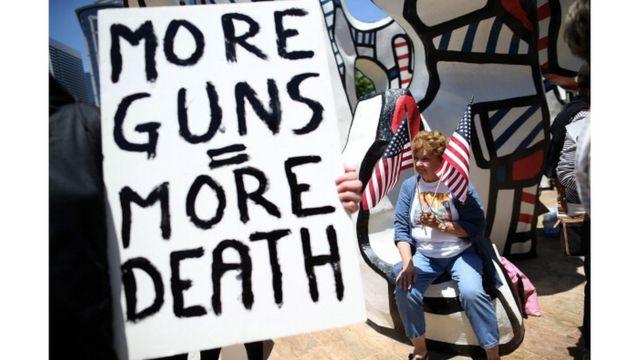 ชาวอเมริกันไม่น้อยไม่พอใจที่รัฐบาลไม่ออกกฎหมายควบคุมอาวุธปืนให้มากกว่าเดิม หลังเกิดเหตุกราดยิงหลายครั้ง (แฟ้มภาพ)
