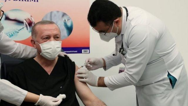 Presidente turco Recep Tayyip Erdogan recebendo uma dose da vacina da Sinovac na Turquia em 14 de janeiro