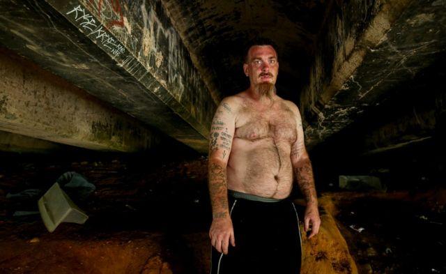 Mark Vallotta bajo el puente donde suele inyectarse.