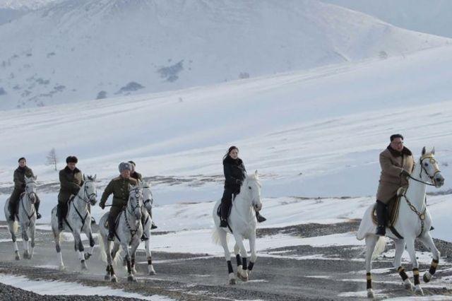 金正恩率李雪主和一眾將領躍馬登白頭山