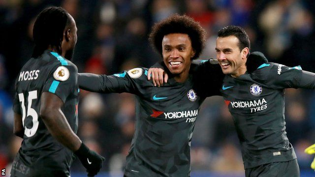 Willian (centra) celebrates a Chelsea goal with his team-mates against Huddersfield