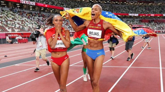 La española Ana Peleteiro, medalla de bronce, y la venezolana Yulimar Rojas, que se llevó el oro, tras la final de triple salto femenino este 1 de agosto de 2021.