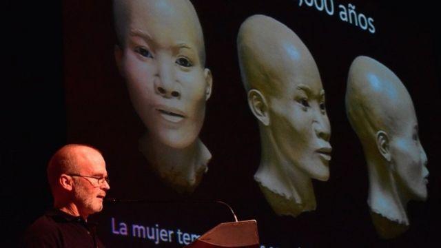 James Chatters junto a una ilustración del rostro de Naia