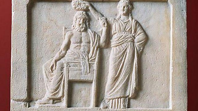 Bajorrelieve que muestra a la democracia coronando a Demos, el pueblo de Atenas. 336 a. C. (Museo Agora, Atenas, Grecia).