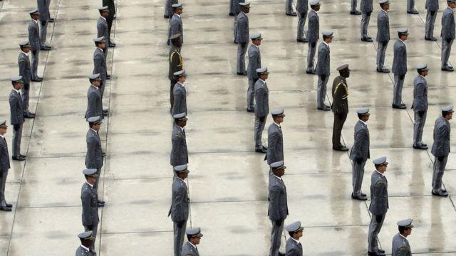 Militares enfileirados e fardados em formatura dos oficiais combatentes do Exército da Academia Militar das Agulhas Negras