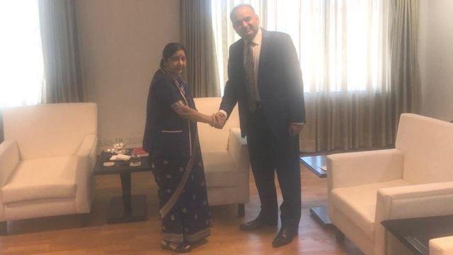 भारतीय विदेश मंत्री सुषमा स्वराज से मिलते पाकिस्तानी सांसद रमेश कुमार वंकवानी