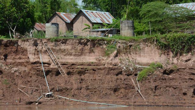 ระดับตลิ่งของแม่น้ำโขงถูกกัดเซาะ