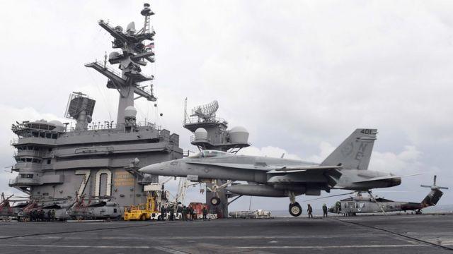 지난 3월 한미연합훈련에서 미국 제3함대 소속의 핵항공모함인 칼빈슨호 비행갑판에 F/A-18 전투기가 착륙하고 있다