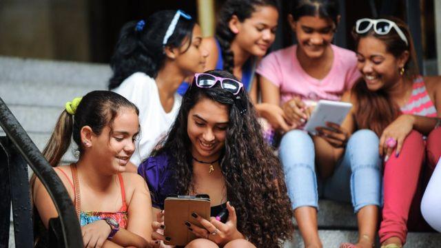 Adolescentes cubanas conectadas a internet