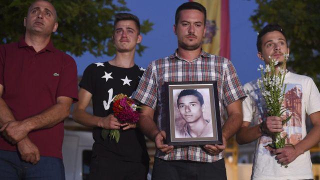 アルバニア系コソボ住民が犠牲者ディアマント・ザベルギアさんを追悼(24日、首都プリシュティナで)