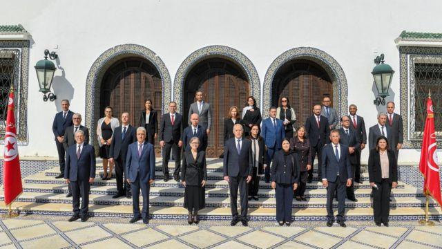 الرئيس التونسي قيس سعيد يقف مع أعضاء الحكومة الجديدة في تونس العاصمة، تونس 11 أكتوبر/تشرين الأول 2021.