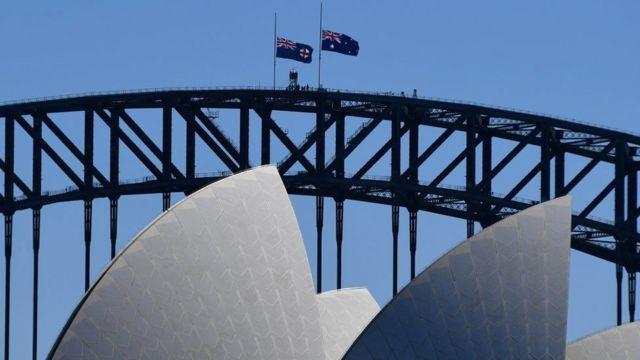 Bandeiras australianas vistas a meio mastro na Ponte da Baía de Sydney, após a morte do Príncipe Philip, Duque de Edimburgo, em Sydney, Austrália, em 10 de abril de 2021