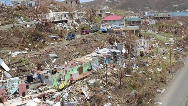 Toma aérea de la destrucción en la isla británica de Tórtola