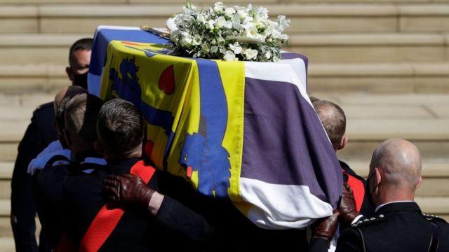 El féretro del príncipe Felipe, mientras era subido por los escalones hacia la entrada de la capillla de San Jorge, donde se celebró la ceremonia funeraria.