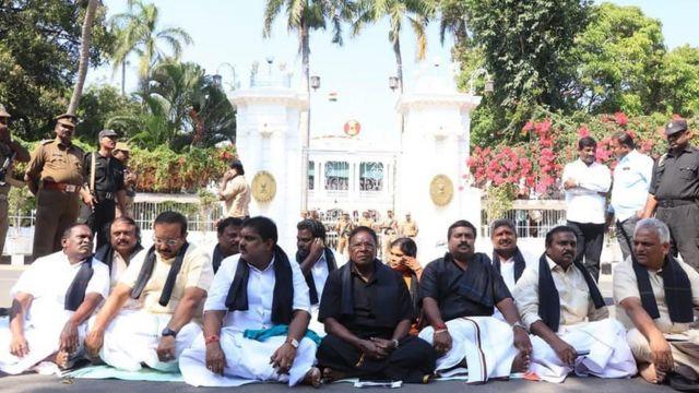 நாரயணசாமி Vs கிரண் பேடி - உச்சத்தை தொட்ட மோதல்; தர்ணாவில் குதித்த முதல்வர்