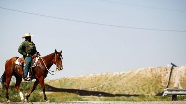Agente fronterizo a caballo