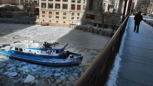 El río Chicago congelado.