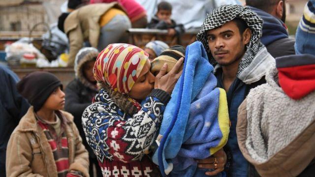Residentes de las inmediaciones de Afrín huyen tras la ofensiva turca.