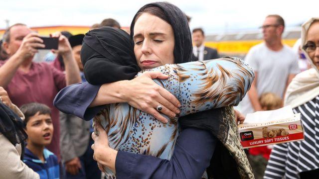 أردرن وهي تحتضن أحد أفراد الجالية المسلمة