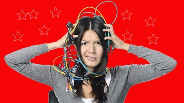 Chica desesperada con cables