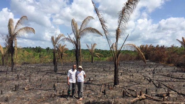 Fernando Elias e Socorro Ferreira em área queimada