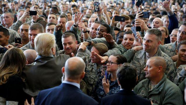 特朗普在東京福生市駐日美軍橫田基地內與駐地士兵握手(5/11/2017)