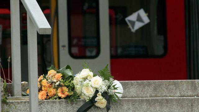 Букет цветов у станции, рядом с которой произошло нападение