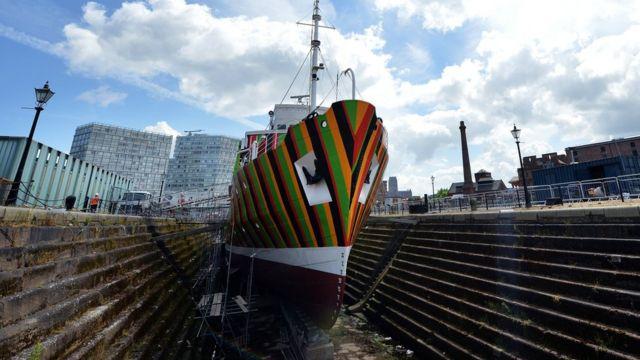 Barco pintado por Carlos Cruz-Diez en Liverpool, Reino Unido.