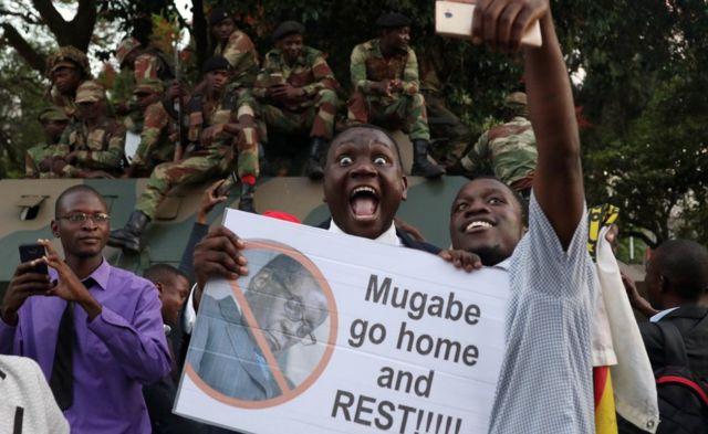 Wazimbabwe wakisherehekea baada ya rais wao Robert Mugabe kujiuzulu mjini Harare, Zimbabwe Novemba 21, 2017