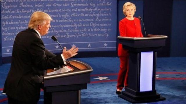 Trump fala e Hillary ouve em debate em Hempstead, Nova York