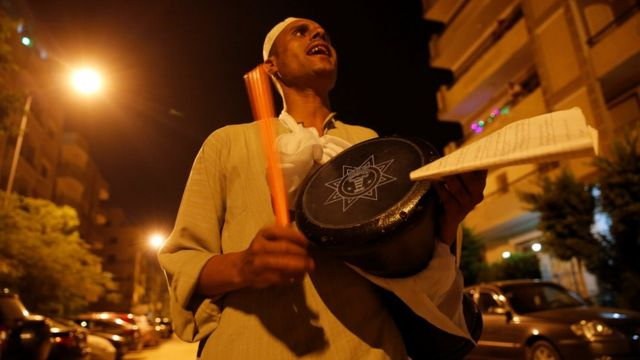 El Mesaharty, Hussien, 40, ariko akoresha ingoma ku kuvyura abantu ku munsi wa mbere wa Ramazani i Cairo, mu Misiri 06/06/2016