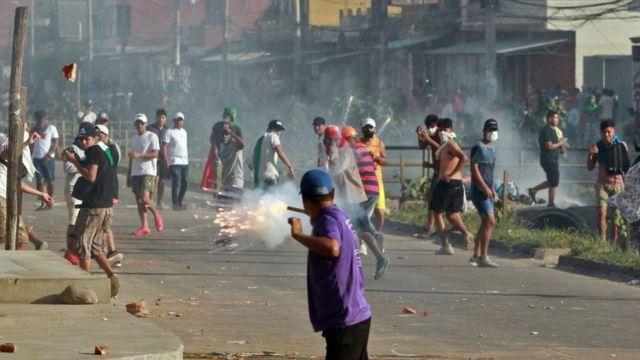 Enfrentamiento entre grupos pro y anti gobierno.