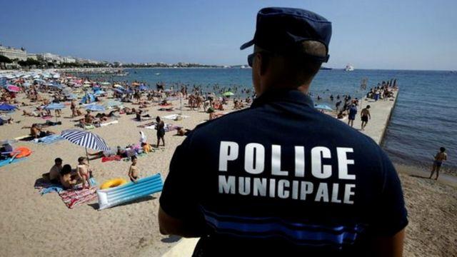 Policial francêsfaz segurança em praia