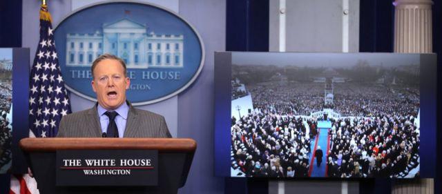就任式に関するマスコミ報道を非難するスパイサー大統領報道官(21日、ホワイトハウスで)