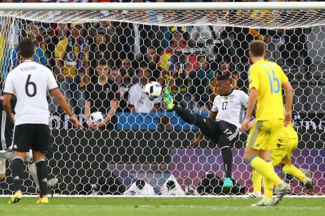Boateng despeja el balón sobre la línea de gol.