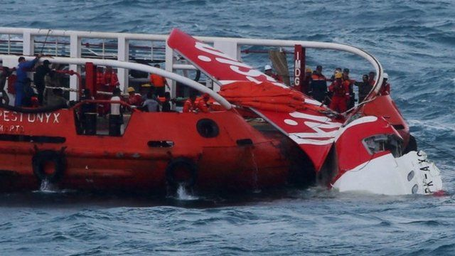 Indonesian search and rescue personnel recover wreckage of AirAsia flight QZ8501, 10 January 2015