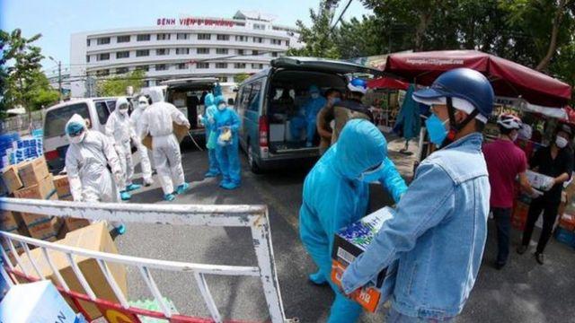 Người dân cứu trợ hàng hóa cho các bệnh viện Đà Nẵng.