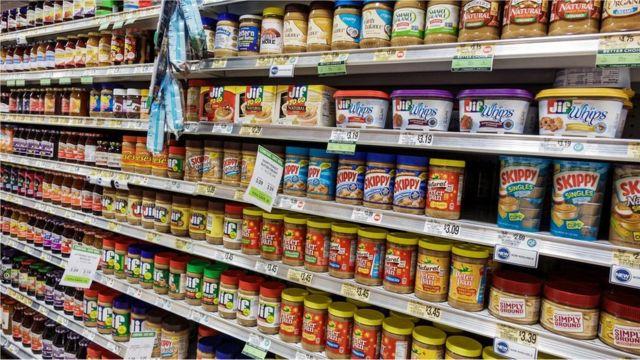 सुपरमार्केट में इस तरह के जितने उत्पाद होते हैं, उनमें अधिकांश में पाम ऑयल होता है.