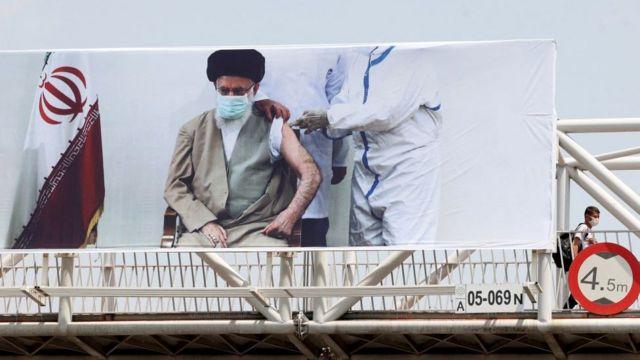 آقای خامنهای از سوی منتقدانش متهم است که با دستورش دسترسی گروهی از مردم را به واکسن قطع کرده است