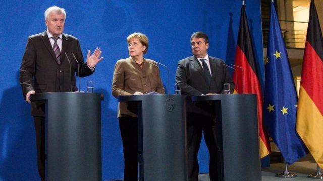 新たな移民対策は、メルケル首相(写真中央)とバイエルン州のホルスト・ゼーホーファー首相(左)、社会民主党のガブリエル党首が共同記者会見して発表した(5日)